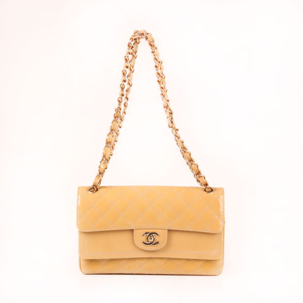 Imagen del bolso chanel timeless double flap bag charol amarillo con cadena corta