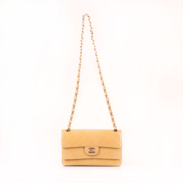Imagen del bolso chanel timeless double flap bag charol amarillo con cadena larga
