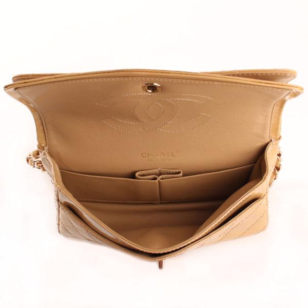Imagen del interior del bolso chanel timeless double flap bag charol amarillo mostaza 2.55