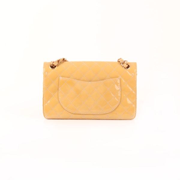 Imagen trasera del bolso chanel timeless double flap bag charol amarillo mostaza 2.55