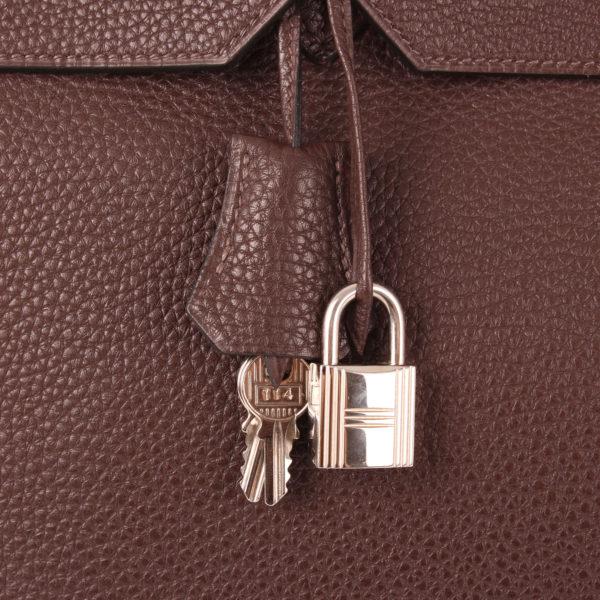 Imagen del candado y la clochette del bolso hermès birkin 40 togo terre