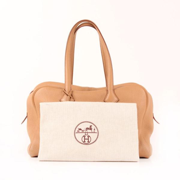 Imagen del bolso hermès victoria 2 clémence marron natural con funda guardapolvo