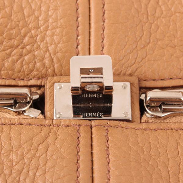 Imagen del cierre del bolso hermès victoria II 35 clemence marron