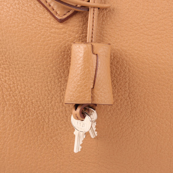 Imagen de la clochette del bolso hermès victoria II 35 clemence marron natural