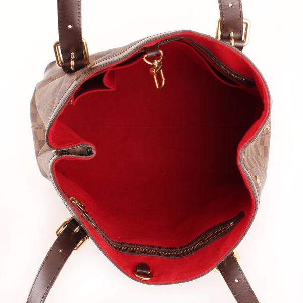 Imagen del forro rojo del bolso louis vuitton hampstead damier ébène