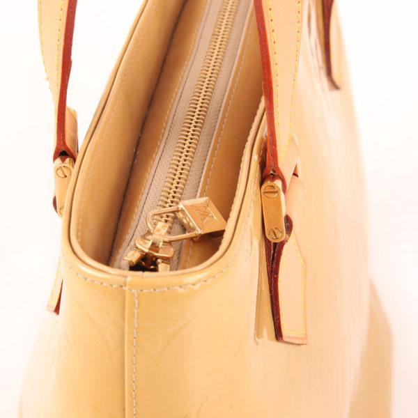 Imagen de la cremallera del bolso louis vuitton houston vernis monogram amarillo