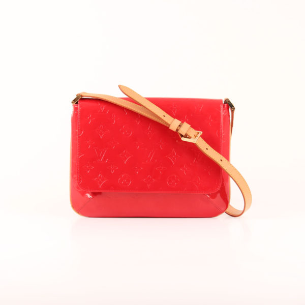 Imagen del bolso louis vuitton thompson vernis monogram rojo con bandolera