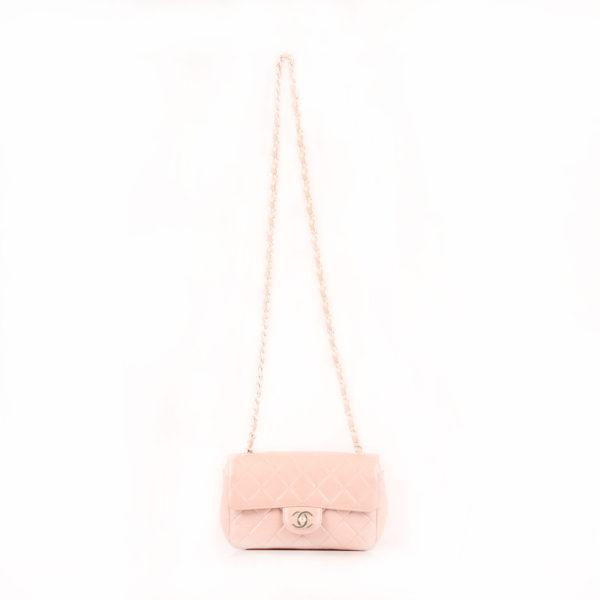 Imagen del Bolso Chanel Classic Flap Bag en piel nacarada con la cadena extendida.