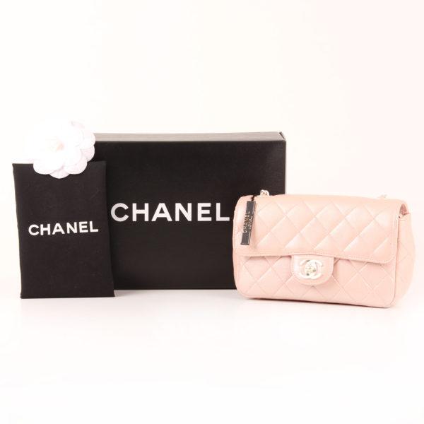Foto del bolso Chanel Classic Flap Bag en piel nacarada con caja y funda guardapolvo.