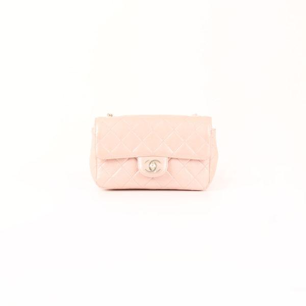 Foto frontal del Bolso Chanel Classic Flap Bag en piel nacarada.