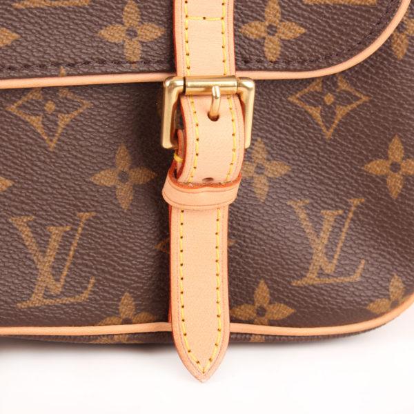 Imagen de la hebilla de la mochila louis vuitton marelle monogram