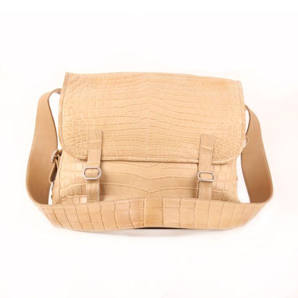 Imagen frontal con bandolera de la bolsa de Loewe messenger marfil