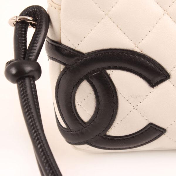 Imagen del detalle 2 del bolso chanel cambon quilted pochette blanco