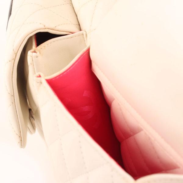 Imagen del detalle del bolso chanel cambon reporter blanco