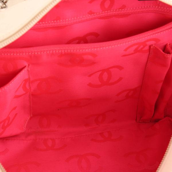 Imagen del interior del bolso chanel cambon reporter blanco