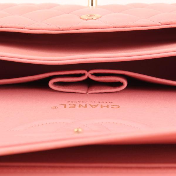 Imagen de los bolsillo del bolso chanel classic double flap rosa