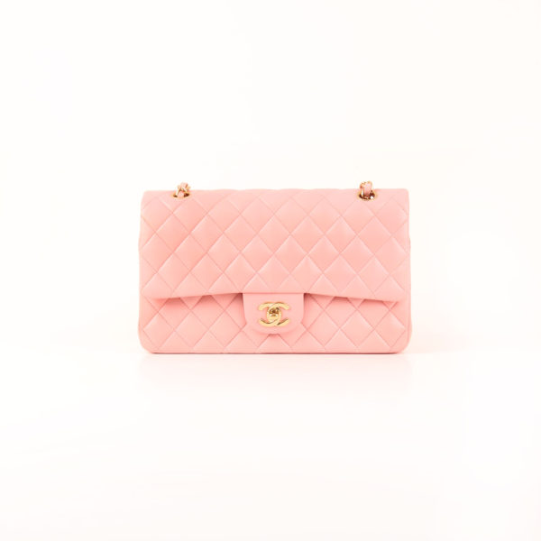Imagen frontal del bolso chanel classic double flap rosa