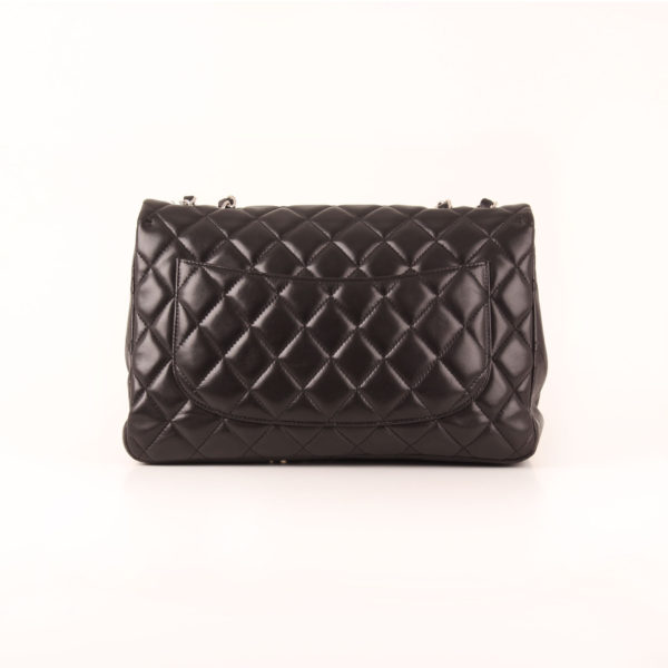 Imagen trasera del bolso de Chanel large flap negro