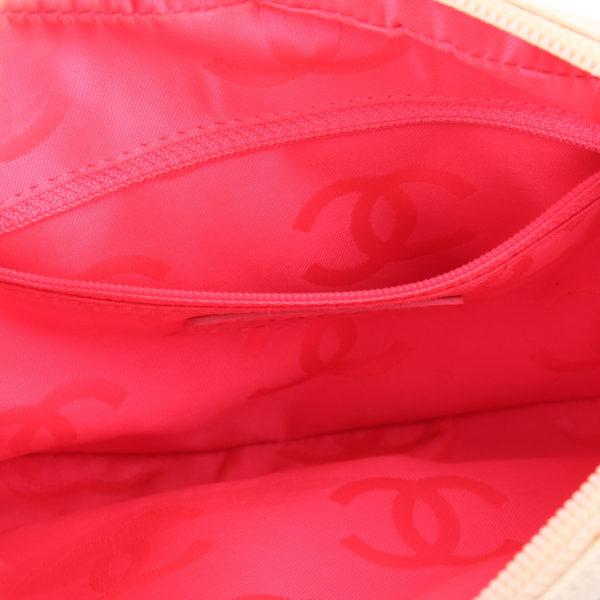 Imagen del interior del bolso chanel cambon quilted pochette blanco