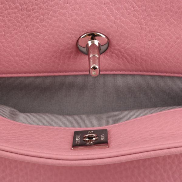 Imagen del cierre detalle del bolso chanel cerf tote rosa