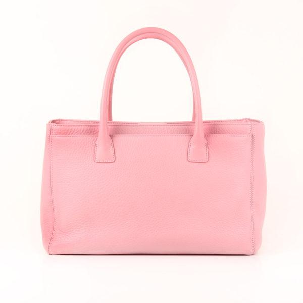 Imagen trasera del bolso chanel cerf tote rosa