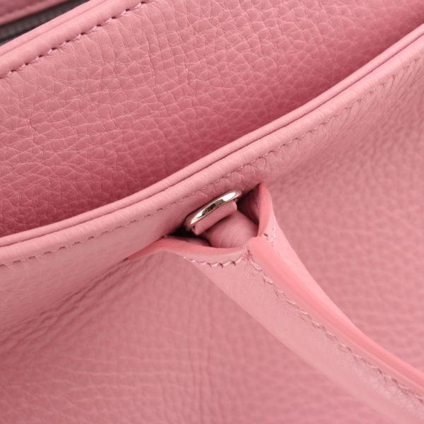 Imagen de la bandolera del bolso chanel cerf tote rosa