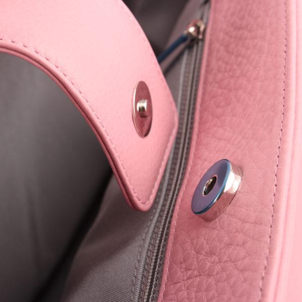 Imagen del cierre del bolso chanel cerf tote rosa