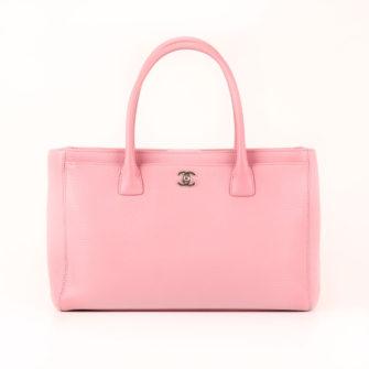 Imagen frontal del bolso chanel cerf tote rosa