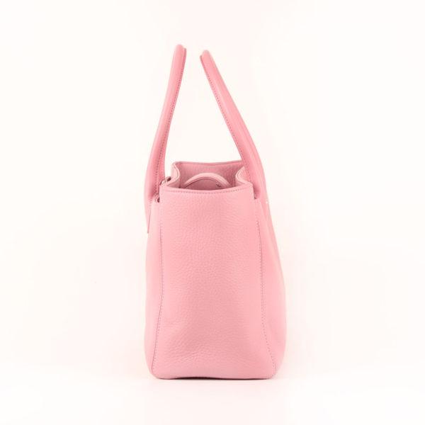 Imagen del lado 1 del bolso chanel cerf tote rosa