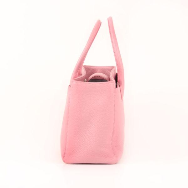 Imagen del lado 2 del bolso chanel cerf tote rosa