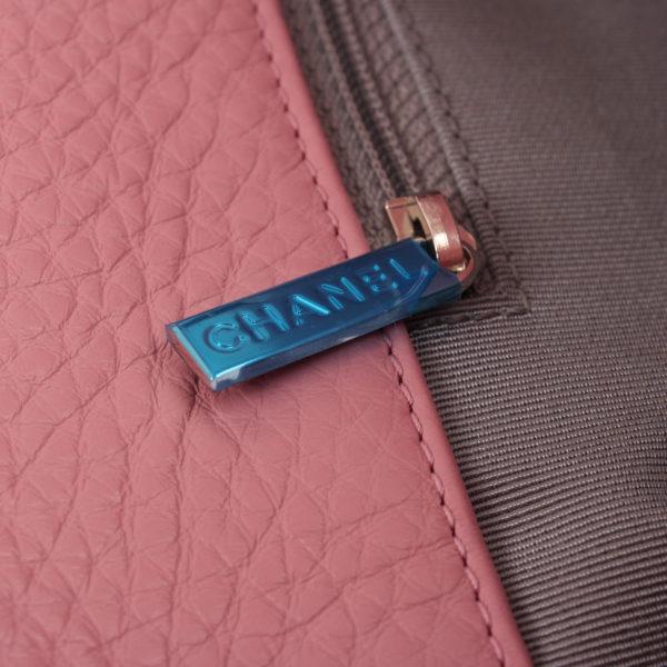 Imagen del tirador del bolso chanel cerf tote rosa