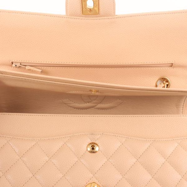 Imagen del bolsillo del bolso chanel double flap caviar beige