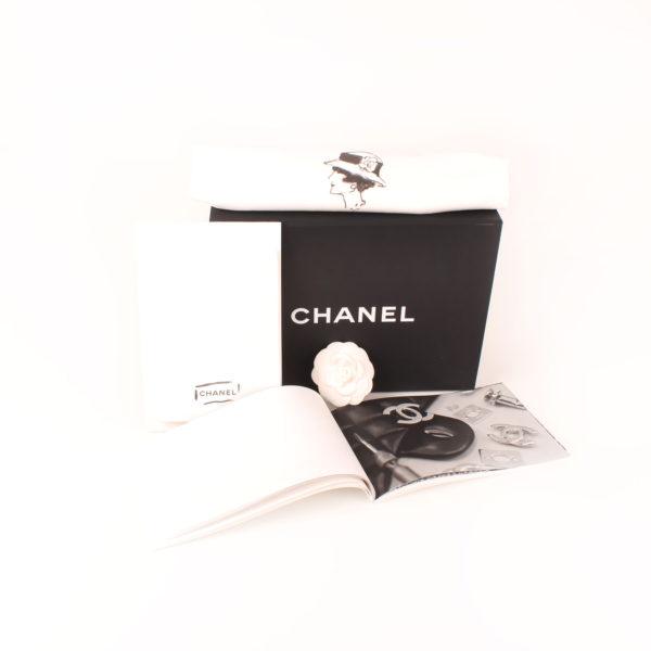 Imagen de los extras del bolso chanel double flap caviar beige
