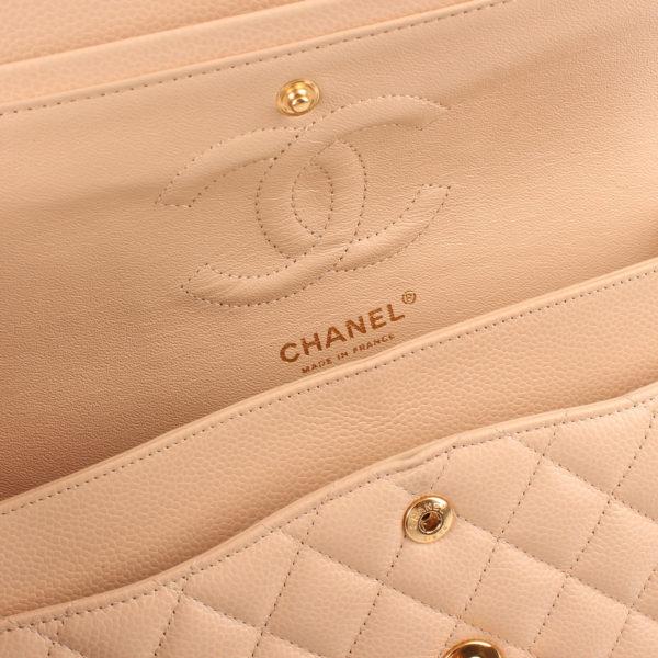 Imagen del interior del bolso chanel double flap caviar beige
