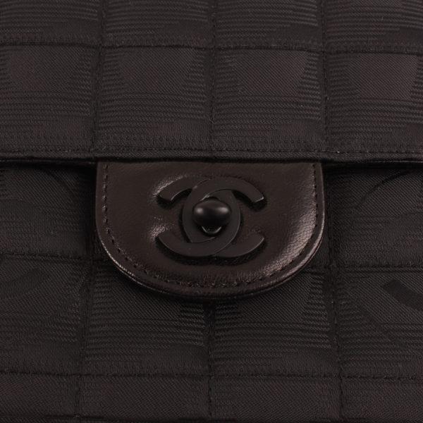 Imagen del cierre del bolso chanel travel line black