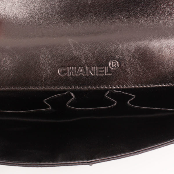 Imagen del interior del bolso chanel travel line black