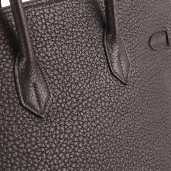 Imagen de detalle de la piel del bolso hermes birkin 35 negro