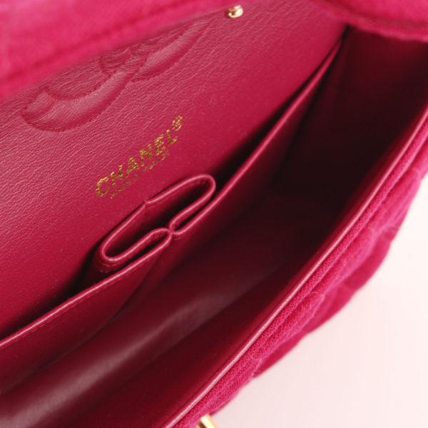 Imagen del interior del bolso chanel jersey doube flap burdeos