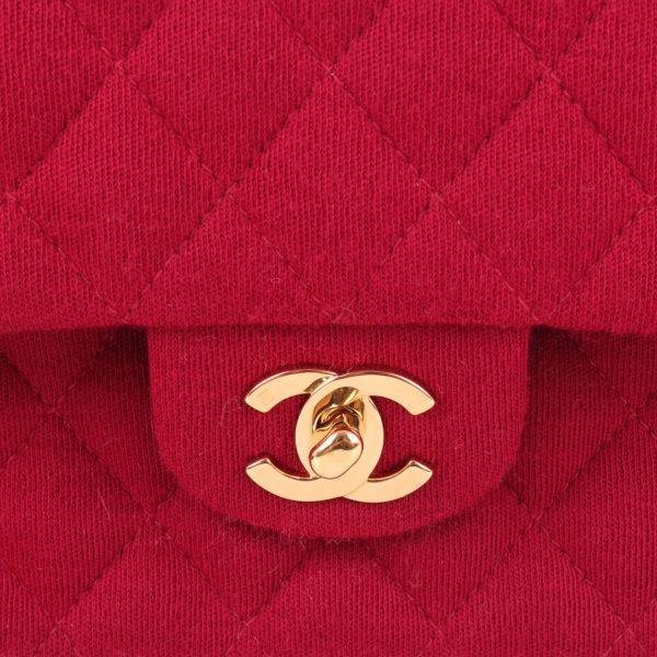 Imagen del cierre del bolso chanel jersey doube flap burdeos