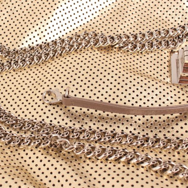 Imagen del detalle del chanel drill dorado