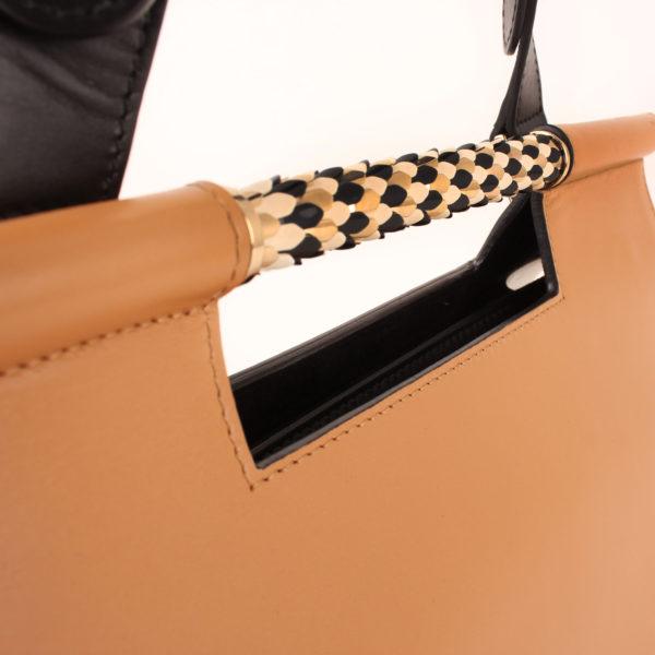 Imagen del detalle del asa del bolso bulgari scaglie