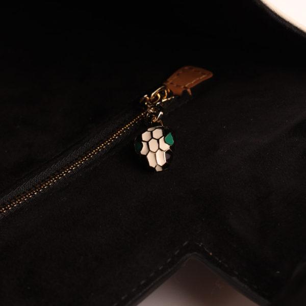 Imagen del detalle de la serpiente del bolso bulgari scaglie