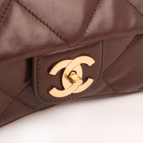 Imagen del cierre del bolso chanel maxi quilted marron