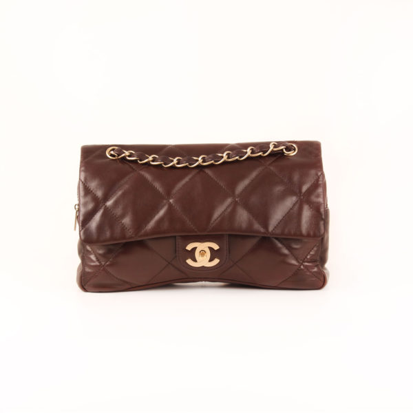 Imagen frontal del bolso chanel maxi quilted marron