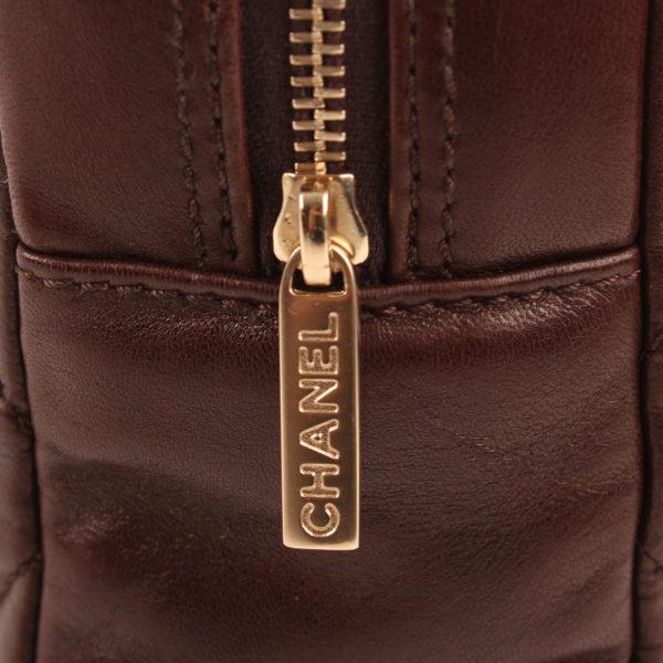 Imagen de los herrajes del bolso chanel maxi quilted marron