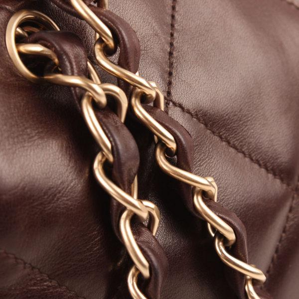 Imagen de la piel del bolso chanel maxi quilted marron