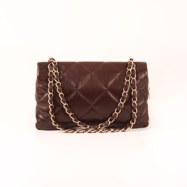 Imagen trasera del bolso chanel maxi quilted marron
