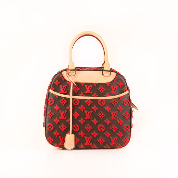 Imagen frontal del bolso louis vuitton tuffetage rojo