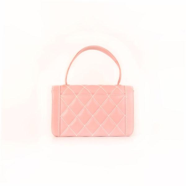 Imagen trasera del bolso chanel rosa costuras