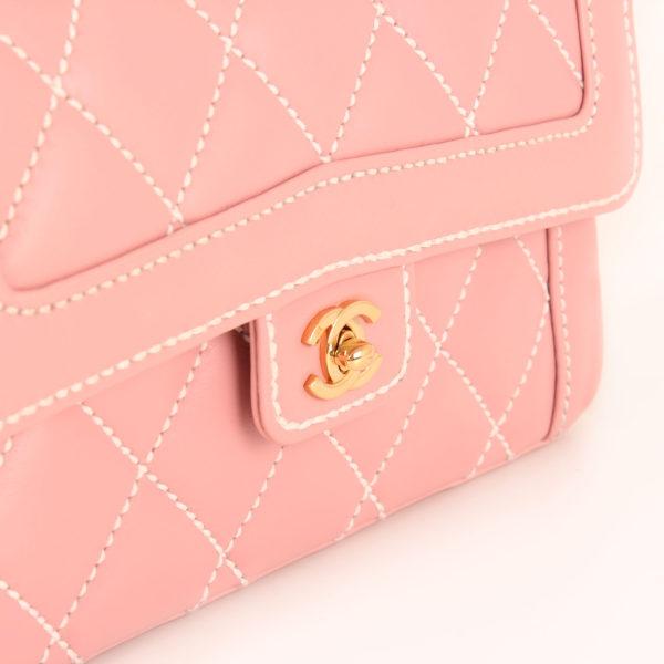 Imagen de detalle del bolso chanel rosa costuras